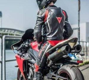 mono de cuero para moto
